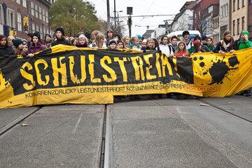 Schuelerdemo gegen Kuerzungen in der Bildungspolitik in Bremen