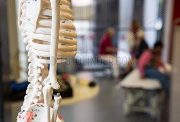 Skelett in einer Physiotherapiepraxis