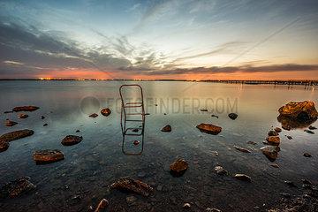 Kaputter Stuhl in einem See