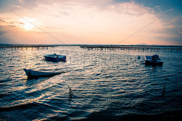 Boote in der Abendsonne auf dem See