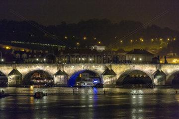Prag  Tschechien  Blick auf die Karlsbruecke bei Nacht