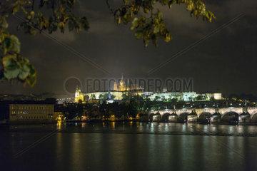 Prag  Tschechien  Blick ueber die Moldau auf die Karlsbruecke und Prager Burg bei Nacht