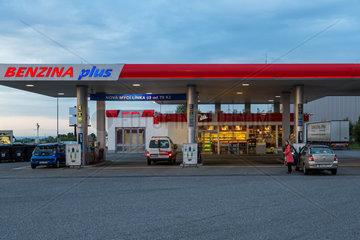 Prag  Tschechien  Tankstelle der Marke BENZINA plus