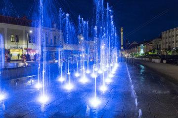 Jungbunzlau  Tschechien  beleuchteter Brunnen am Marktplatz bei Nacht