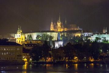 Prag  Tschechien  Blick ueber die Moldau auf die Prager Burg bei Nacht
