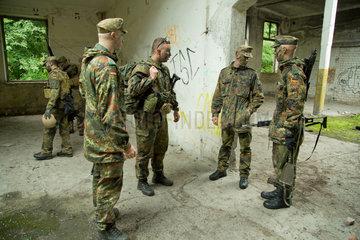 Illkirch-Grafenstaden  Frankreich  Soldaten des JgBtl 291 bei einer Uebungseinheit