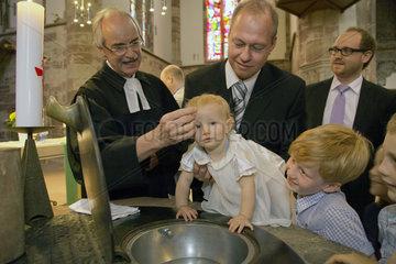 Saarbruecken  Deutschland  ein kleines Maedchen waehrend der Taufzeremonie