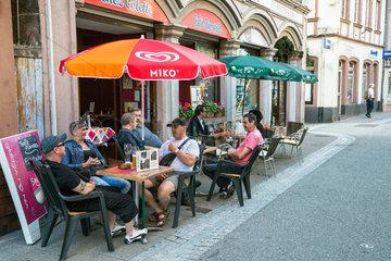 Weissenburg  Frankreich  Strassencafe in der Altstadt