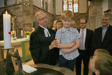 Saarbruecken  Deutschland  Junge waehrend der Taufzeremonie