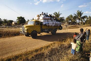 Ueberladener MAN Truck auf Landstrasse
