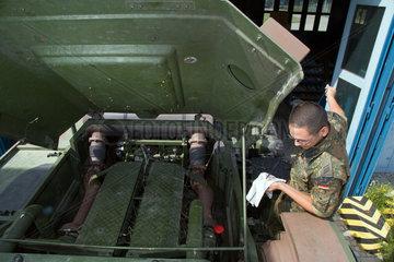 Muellheim  Deutschland  Mechaniker bei Instandhaltungsarbeiten an einem Schwerlasttransporter der Robert-Schuhmann-Kaserne