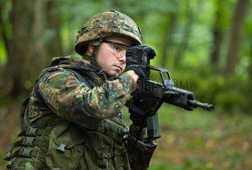 Illkirch-Grafenstaden  Frankreich  Soldat des JgBtl 291 bei einer Fortbildung im Wald
