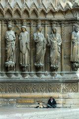 Reims  Frankreich  Bettler vor dem Eingangsportal der Kathedrale Notre-Dame von Reims