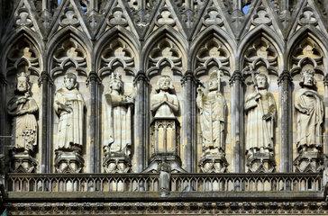 Reims  Frankreich  Figuren von Koenigen an der Vorderfront der Kathedrale Notre-Dame von Reims