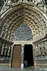 Reims  Frankreich  Eingangsportal zur Kathedrale Notre-Dame von Reims im Stadtzentrum