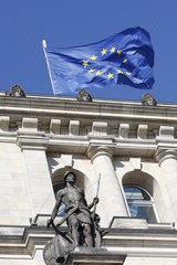EU-Flagge und Soldat am Reichstag