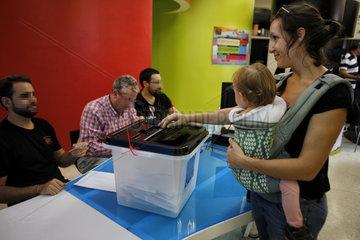 Girona  Katalonien  Spanien - Waehlerin beim Referendum fuer Unabhaengigkeit