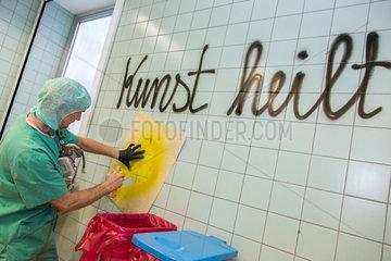 Kunst heilt. Kunstaktion mit Thomas Baumgaertel im Krankenhaus