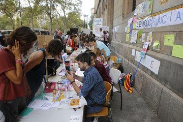 Katalanische Studenten der Universitaet setzten sich freiwillig fuer das Referendum ein  das vom Zentralstaat verboten wurde  im Zentrum von Barcelona.