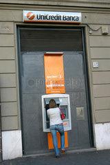 Frau vor eine Bancomat der Unicredit Banca