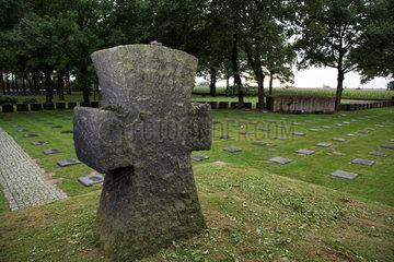 Langemark  Belgien  Graeberfeld auf dem Deutschen Soldatenfriedhof Langemark