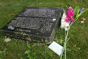 Langemark  Belgien  Grabplatte eines Gefallenen auf dem Deutschen Soldatenfriedhof Langemark