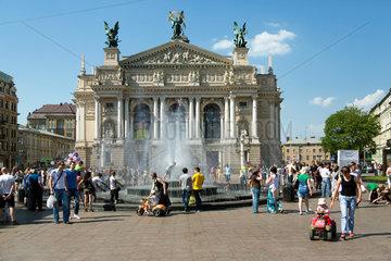 Lemberg  Ukraine  Menschen vor der Oper auf dem Prospekt Swobody