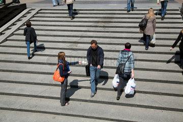 Breslau  Polen  Studentin verteilt Werbezettel an Passanten in der Innenstadt