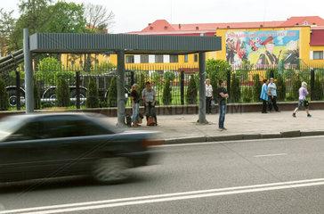 Lemberg  Ukraine  Blick auf Strasse mit Passanten und Bushaltestelle