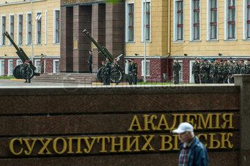 Lemberg  Ukraine  Blick ueber den Zaun einer Kaserne der Ukrainischen Armee