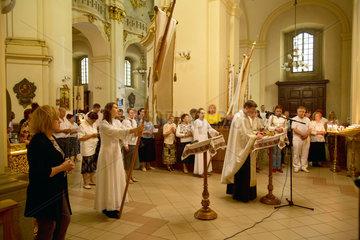 Lemberg  Ukraine  Glaeubige bei einem Gottesdienst vor der Ikone der Gottesmutter