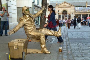 London  Grossbritannien  ein golden angemalter Schausteller