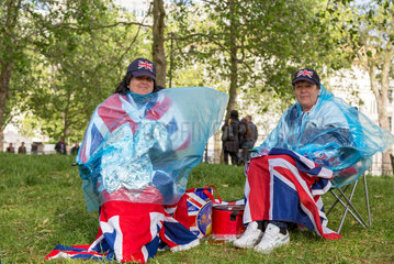 London  Grossbritannien  Frauen umhuellt mit der Union Flag im St. James's Park