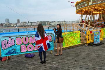 Brighton  Grossbritannien  junge Frauen auf dem Brighton Pier
