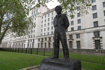 London  Grossbritannien  Denkmal von Field Marshal Bernard Montgomery vor dem Verteidigungsministerium
