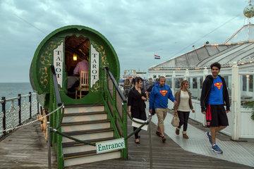 Brighton  Grossbritannien  Wahrsager mit Tarot-Karten auf dem Brighton Pier