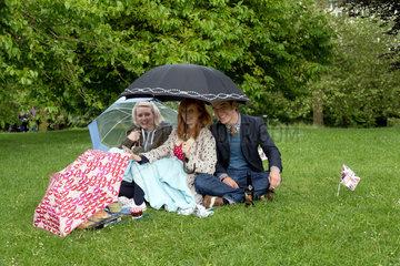 London  Grossbritannien  junge Leute beim Picknick im St. James's Park