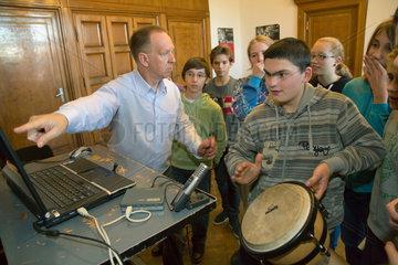 Posen  Polen  gehoerlose und schwerhoerige Kinder und Jugendliche bei der Musiktherapie