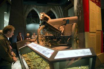 Ypern  Belgien  Besucher im In Flanders Fields Museum