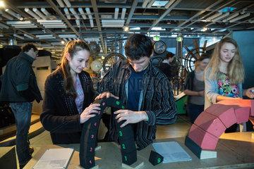Warschau  Polen  Besucher im Wissenschaftszentrum Kopernikus