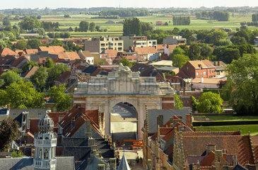 Ypern  Belgien  Blick ueber die Stadt auf das Menin-Tor-Denkmal