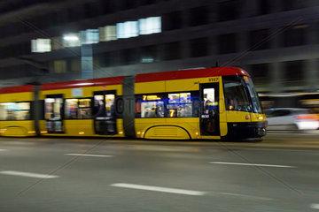 Warschau  Polen  Zug der Strassenbahnlinie 7 bei Nacht
