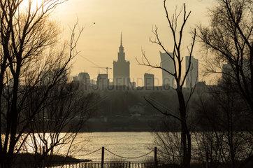 Warschau  Polen  Blick ueber die Weichsel auf das Stadtzentrum
