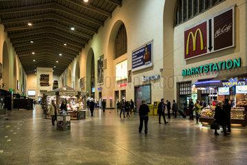 Stuttgart  Deutschland  Menschen in der Kopfbahnsteighalle des Stuttgarter Hauptbahnhofs