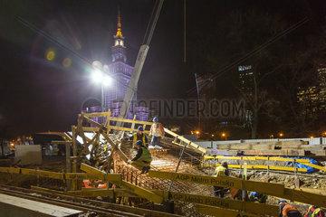 Warschau  Polen  Arbeiter auf einer Baustelle bei Nacht