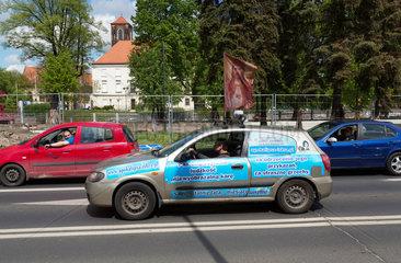 Breslau  Polen  Anhaenger einer christlichen Sekte steht mit dem Auto an der Ampel