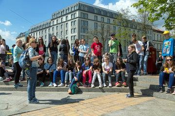 Breslau  Polen  Lehrerin mit ihren Schuelern vor dem Panorama von Raclawice