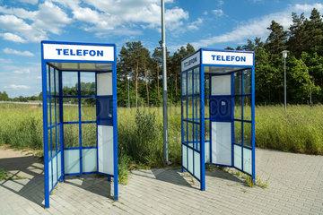 Ladek  Polen  alte Telefonzellen ohne Telefone an einer Autobahnraststaette