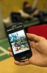 Bremen  Deutschland  Bilder von afghanischen Soldaten auf einem Handy