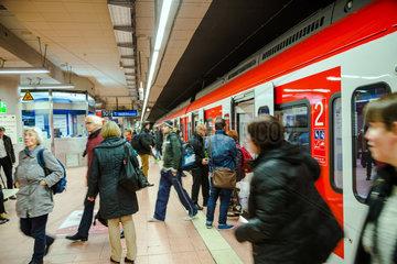 Stuttgart  Deutschland  Menschen im S-Bahnhof des Stuttgarter Hauptbahnhofs